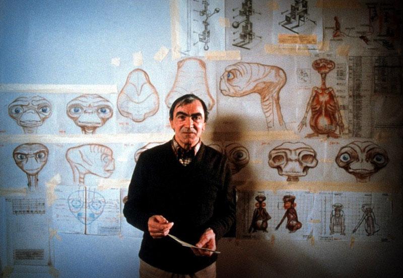 Carlo Rambaldi con los esquemas de construcción de ET