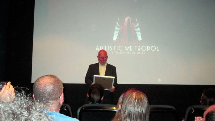 Colin Arthur recibe la Butaca de Honor en la sala Artistic Metropol