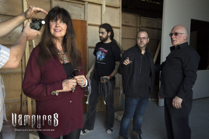 VAMPYRES. Caroline Munro, Víctor Matellano y Colin Arthur