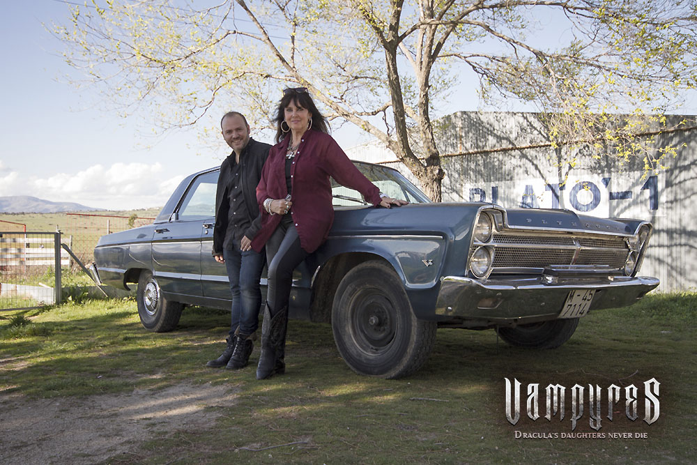 VAMPYRES. Caroline Munro y Víctor Matellano. Plymouth Fury
