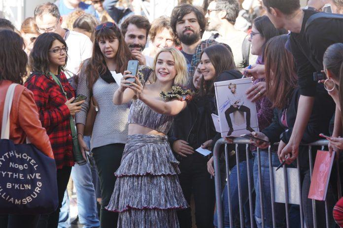 Kiernan Shipka, protagonista de 'Las escalofriantes aventuras de Sabrina', atiende a sus fans en Sitges.