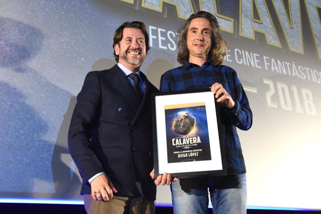 Diego López recoge el Premio Isla Calavera a la Difusión del Fantástico 2018 de manos del presidente del Cabildo de Tenerife, Carlos Alonso. | Foto: Sergio Méndez