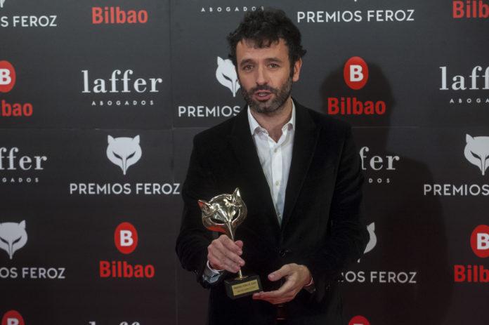 Rodrigo Sorogoyen con su Premio Feroz a la mejor dirección por 'El Reino'.