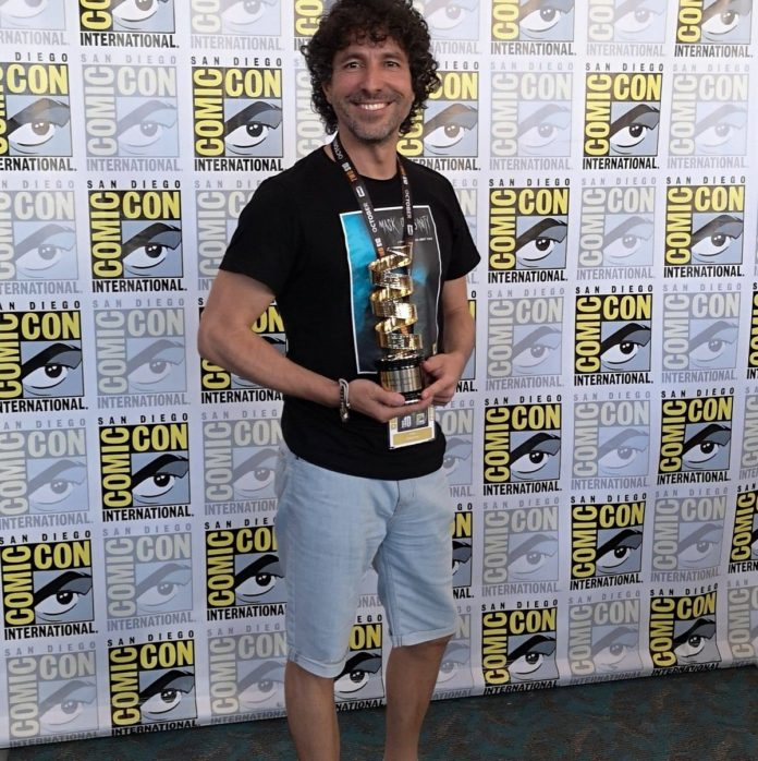 Fran Casanova posa con el Premio al Mejor Cortometraje de Terror / Suspense de la Comic-Con de San Diego 2019.