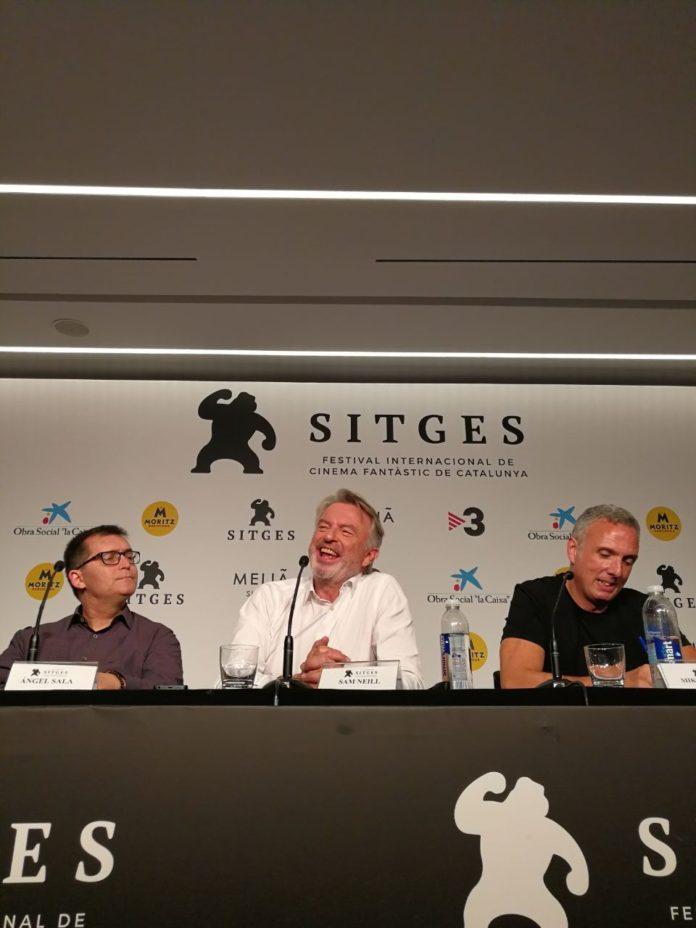 Sam Neill, quien volverá al papel de Alan Grant en 'Jurassic World 3', entre Ángel Sala y Mike Hostench, responsables del Festival de Sitges. Foto: Daniel Fumero