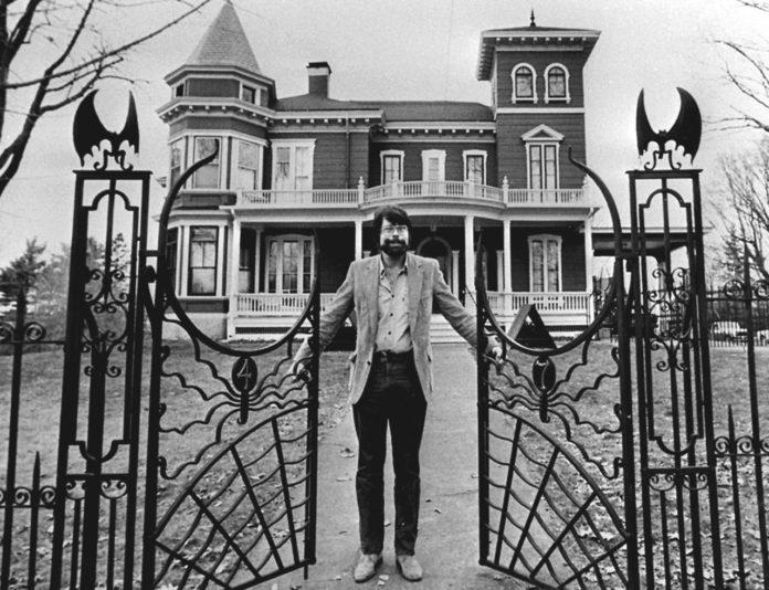Fotografía de Stephen King a las puertas de su mansión en Bangor, Maine, a finales de 1982.