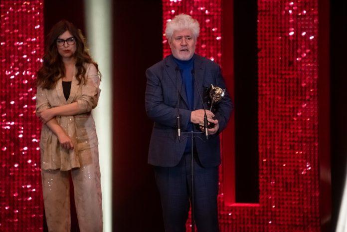 Pedro Almodóvar subió varias veces al escenario de los Premios Feroz 2020 a recoger sus galardones.