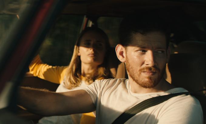 Malin Barr y Sawyer Spielberg, en la película de terror Honeydew.