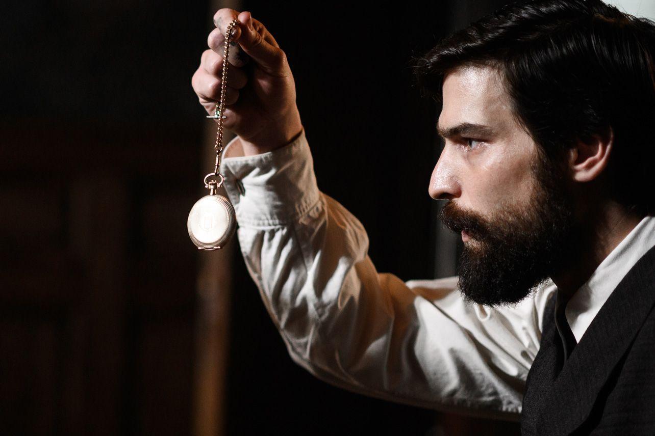 En esta producción, compuesta por 8 capítulos, Freud investiga misteriosos crímenes.