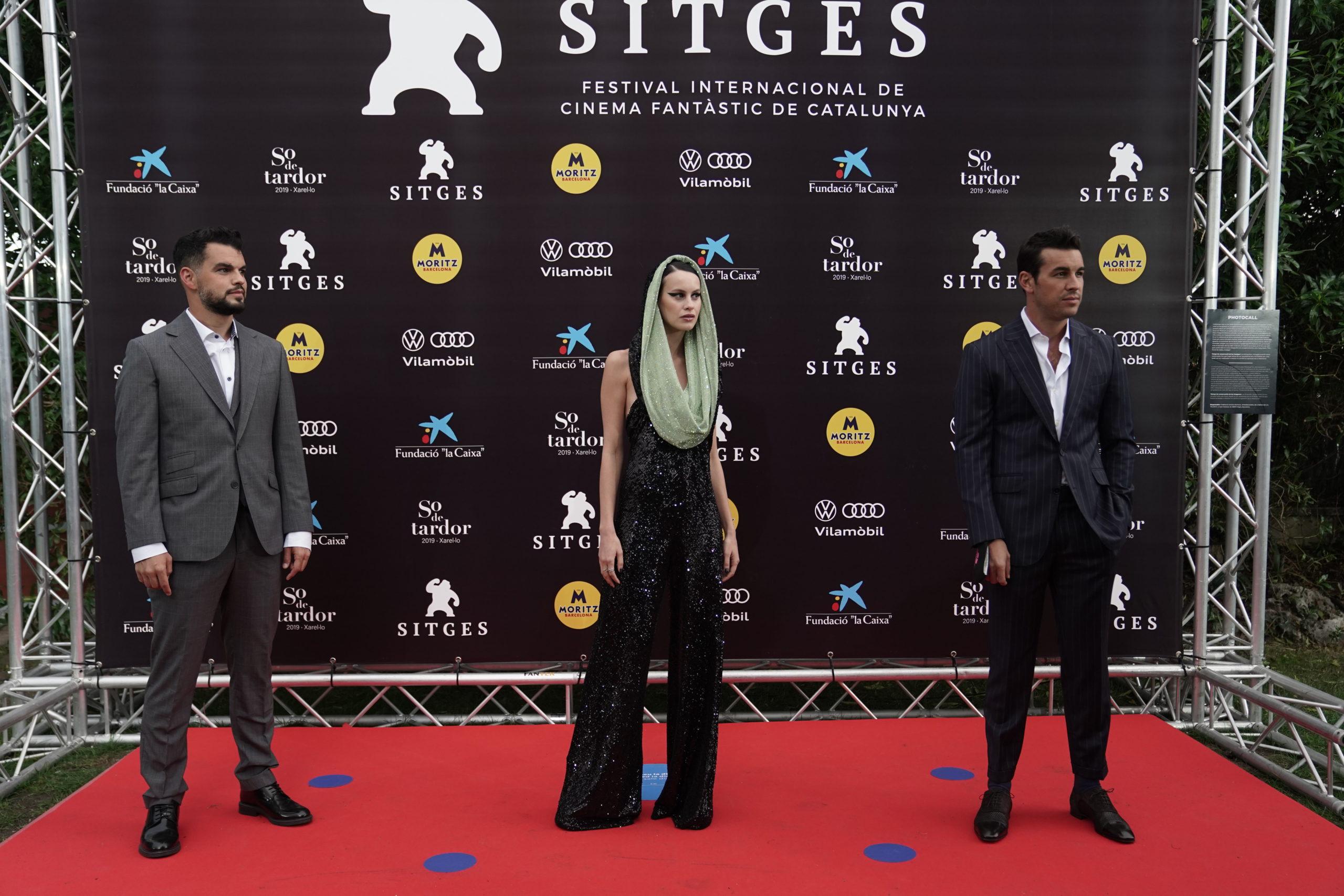 El director David Victori y los protagonistas de 'No matarás', Milena Smit y Mario Casas, en la alfombra roja previa al estreno en Sitges.