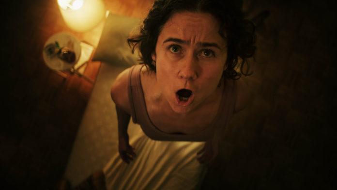 En 'Knocking', la protagonista enloquece al escuchar extraños ruidos en su apartamento, mientras sus vecinos aseguran no escuchar nada.