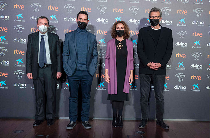 En el centro, Daniel Rovira y Ana Belén, junto a Mariano Barroso, presidente de la Academia de Cine y el notario Federico Garayalde Niño.