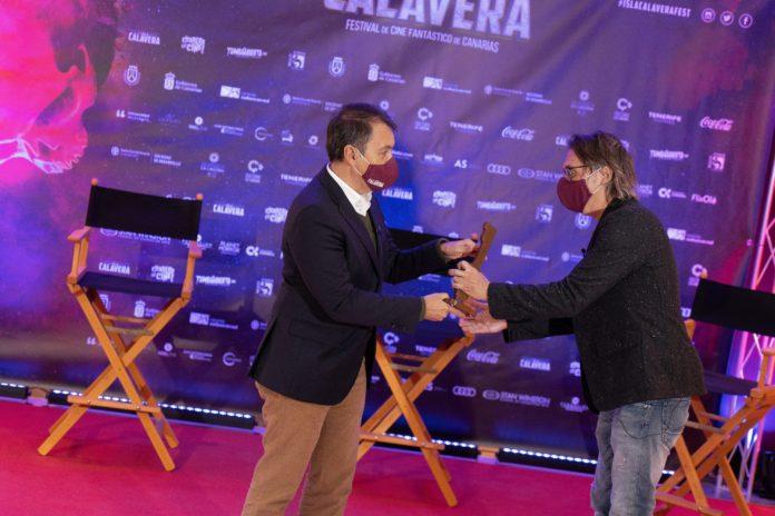 José Manuel Bermúdez (alcalde de Santa Cruz de Tenerife) entrega el Premio Isla Calavera S. S. Venture a Elio Quiroga.