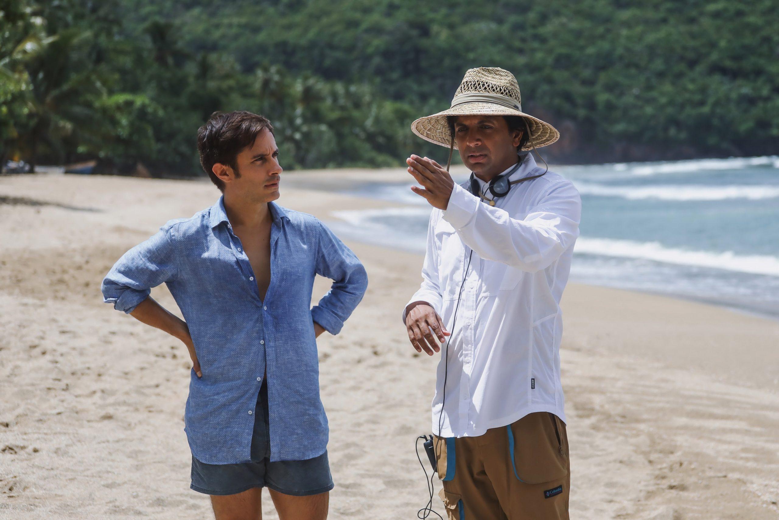 Gael García Bernal y M. Night Shyamalan en el set de Tiempo (Old).