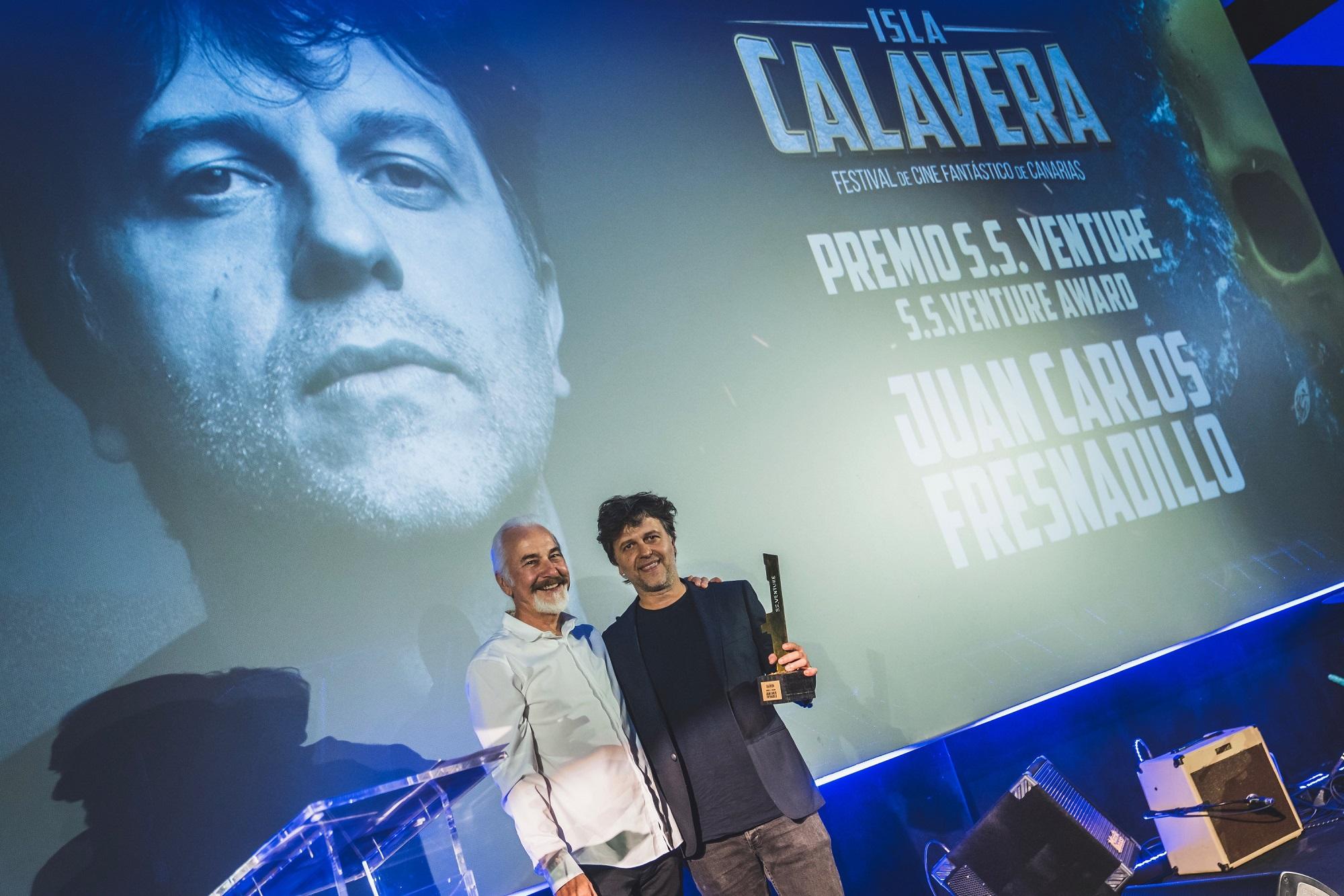 Juan Carlos Fresnadillo recoge el Premio Isla Calavera S. S. Venture 2019 de manos de Rick Baker.